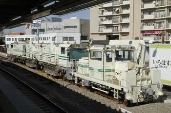 2012年2月17日、東長崎、4番ホーム中央から見たモーターカーとレール削正車。