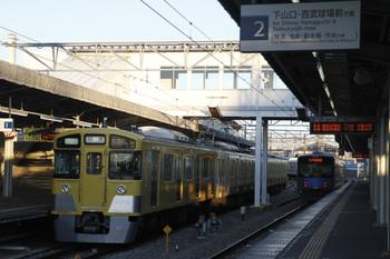 2012年2月18日、西所沢、右が発車した6109レの20153F。