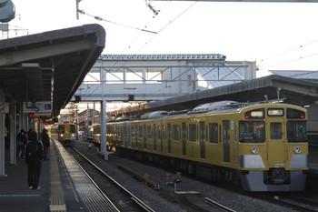 2012年2月18日、西所沢、左が引き上げ線から2番ホームへ入ってくる2097F。