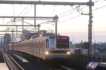 2012年2月18日、石神井公園、メトロ7009Fの下り回送列車。