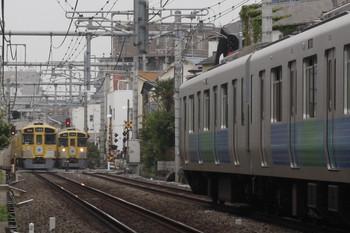 2012年4月25日 8時29分頃、池袋~椎名町、信号開通待ちの上り列車が2本。
