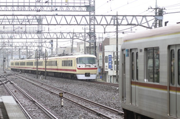 2012年6月9日 10時3分、小手指、奥が通過する10105Fの下り臨時列車。