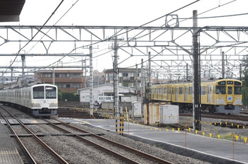 2012年7月13日、所沢、左が1251Fの新宿線 上り回送列車。