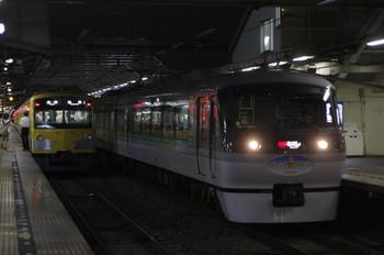 2012年7月19日、所沢、右が長瀞PR外装の10107Fによる33レ。
