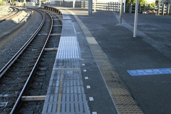2012年8月26日、西所沢、2番ホームの下り方。