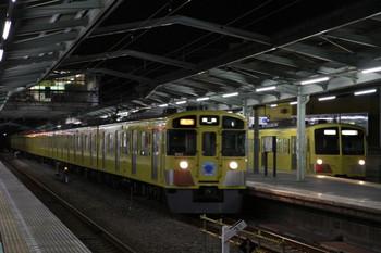 2012年10月13日、清瀬、右が4番ホームに停車中の1303F下り回送列車。