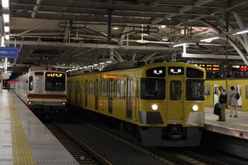 2012年10月25日、石神井公園、右が引き上げ線から3番ホームへ入線し5606レとなる2063F。