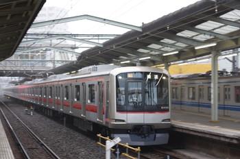 2012年10月29日 6時22分ころ、清瀬、3番ホームを通過する東急4105Fの下り回送列車(96S運用)。