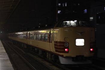 2012年11月6日 17時46分、高田馬場、山手貨物線を池袋方向へ通過する国鉄色183系or189系。