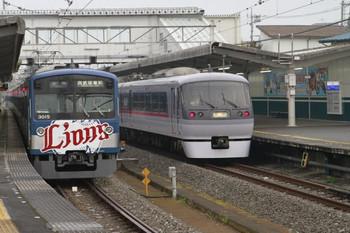 2012年11月23日15時25分ころ、西所沢、右が10111Fの臨時特急 ドーム92号。左は3015Fの6157レ。