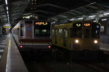 2012年11月30日、清瀬、右が2073F単独の3205レ。左はメトロ7015Fの6718レ。