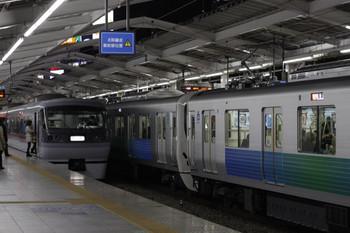 2012年12月13日、西武新宿、左が10104Fの拝島ゆき臨時特急。