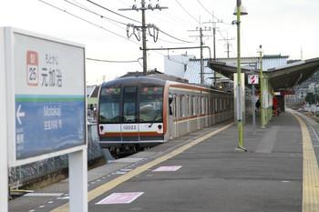 2012年12月24日、元加治、発車したメトロ10003Fの快速 渋谷ゆき3732レと駅名標。