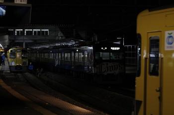 2012年12月25日 19時22分ころ、西所沢、右端が2番ホームへ到着する2501Fの上り回送列車。