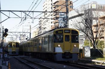 2012年12月26日、高田馬場~下落合、右が2451F+2057Fの2754レ。