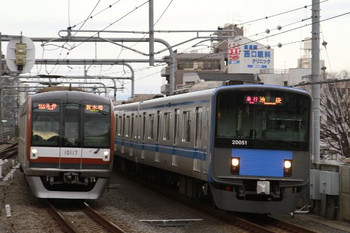 2013年1月3日、練馬、右が20151Fの2108レ、左がメトロ10017Fの6352レ。