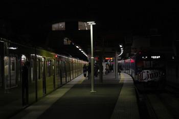 013年1月23日 18時20分ころ、東長崎、右が1番ホームに停車中の3015F・5605レ。左の2番線に臨時停車の9106F・4317レ。