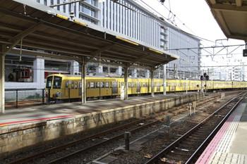 2013年2月5日 10時30分ころ、京都、近鉄の横を通過する西武1309Fほかの下り貨物列車。