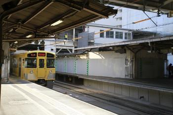 2013年2月11日、所沢、4番ホームから発車した2073Fの5357レと南側の旧・跨線橋など。