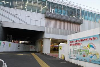 2013年2月3日朝、石神井公園、駅南側から改札口を向いて撮影。