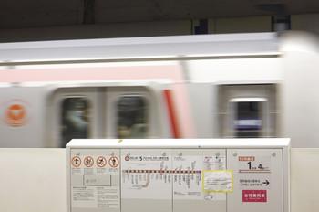 2013年3月1日、池袋、東急直通を明記した路線図の後ろを通過する、渋谷止まりの、東急5159F(711S列車)。
