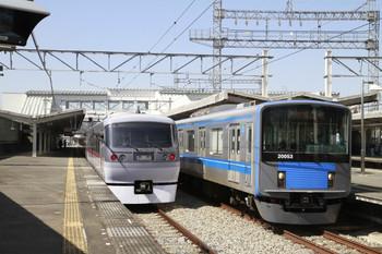 2013年3月16日、西所沢、右の5356レが到着後、左の81レが発車しました。