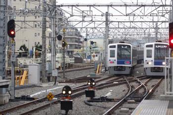 2013年3月29日6時9分頃、保谷、左が2番線から4番線へ入る6114Fのイレギュラーな回送列車。