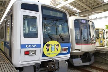 2013年4月27日、小手指、左が3番ホームで発車を待つ6155Fの下り回送列車。