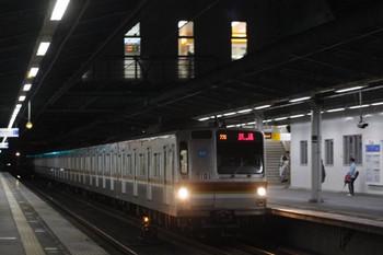 2013年5月10日、武蔵藤沢、なんとなくおめでたい77S運用のメトロ7001F上り回送列車が午後7時21分に通過。