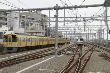 2013年5月30日 10時13分頃、石神井公園、右が8連のメトロ7103F。6番線で折り返しの待機中。左は、1番ホームを通過した9102Fの下り回送列車。