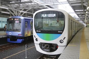 2013年5月30日、石神井公園、右が38103Fの5601レ。左は横浜高速鉄道のY506F。6番線から3番線に入線し6602レとなりました。