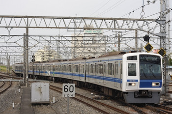 2013年6月3日 6時34分頃、所沢、電留線(東側)から4番ホームへ入る6152Fの上り回送列車。6852の車体広告が見えます。