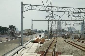 2013年6月17日、石神井公園、2139レの運転台後ろから撮影。左が、構内のはずれから下り方へ延びる建設中の高架橋の路盤。