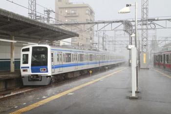 2013年7月7日 17時4分頃、西所沢、左が発車した6151Fの上り回送列車。右は東急 5159Fの6163レ。