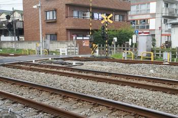 2013年7月13日、所沢、手前が新宿線。奥が駅北側の短絡線。踏切の両側に地上子が設置。
