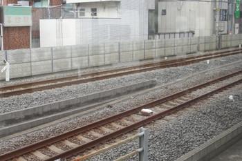 2013年7月27日、練馬、1番ホームに入る直前の有楽町線下りのレール間に設置されている地上子(?)。池袋線下り列車から。