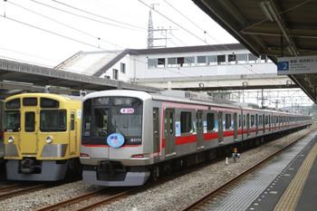2013年8月4日、仏子、右が中線で待避する東急5175F。左は2075Fの4116レ。