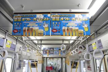 2013年8月4日、西武 32104の連結面寄りの中吊り広告。