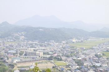 2013年8月11日、安房勝山駅近くの「大黒山展望台」から見た内房線。反対側は海が臨めました。