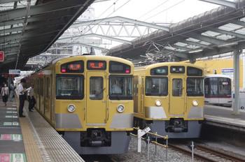 2013年8月13日、清瀬、中央が2461F+2069Fの4103レ。右は東急5119F、左は2097Fの5854レ(所沢駅電留線で夜間滞泊だった車両)。