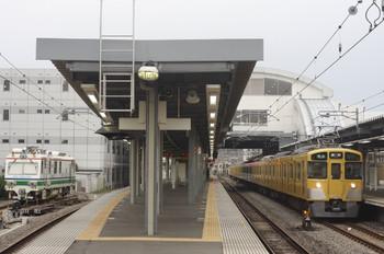 2013年8月22日、東長崎、右が4107レの2465F+2501F+2533F。左は保守用車の留置スペースに入った「Dr.Multi」。