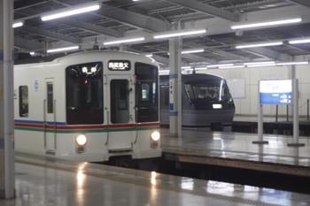 2013年8月23日19時7分頃、飯能、発車した遅れの5057レらしき4015Fと留置中の10110F。