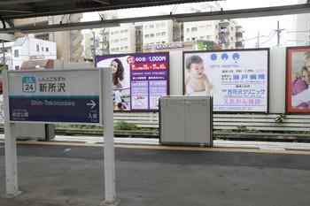 2013年8月24日、新所沢、1番ホーム・新宿方のホームドア。