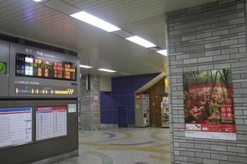 2013年9月14日、池袋、1003レの臨時停車の案内がスクロール表示。右は曼珠沙華PRポスター。開花すると、見頃です、とかポスターの下に丸印が並んだりしますが、まだ空欄でした。