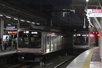 2013年10月12日、所沢、左が7302レの東急 5157F、右が6703レだった東急 5159Fの下り回送列車。