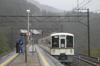 2013年10月20日 11時34分頃、芦ヶ久保、発車した4007Fのトンネル探検号。