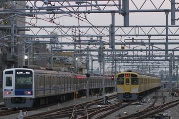 2013年10月19日、石神井公園、左が6501レの6108F。右は6番線でスタンバイする2085F。