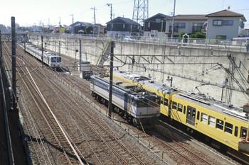 2013年10月27日 11時56分頃、新秋津、手前が発車したEF65-2097。奥が1251F、右が263F。