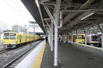 2013年10月26日、所沢、左が発車を待つ263F+1245F、右は東急 4109Fの1712レ。