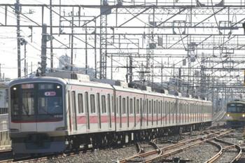 2013年11月23日、西所沢、左が東急5122Fの1705レ。右は引き上げ線の3001F。